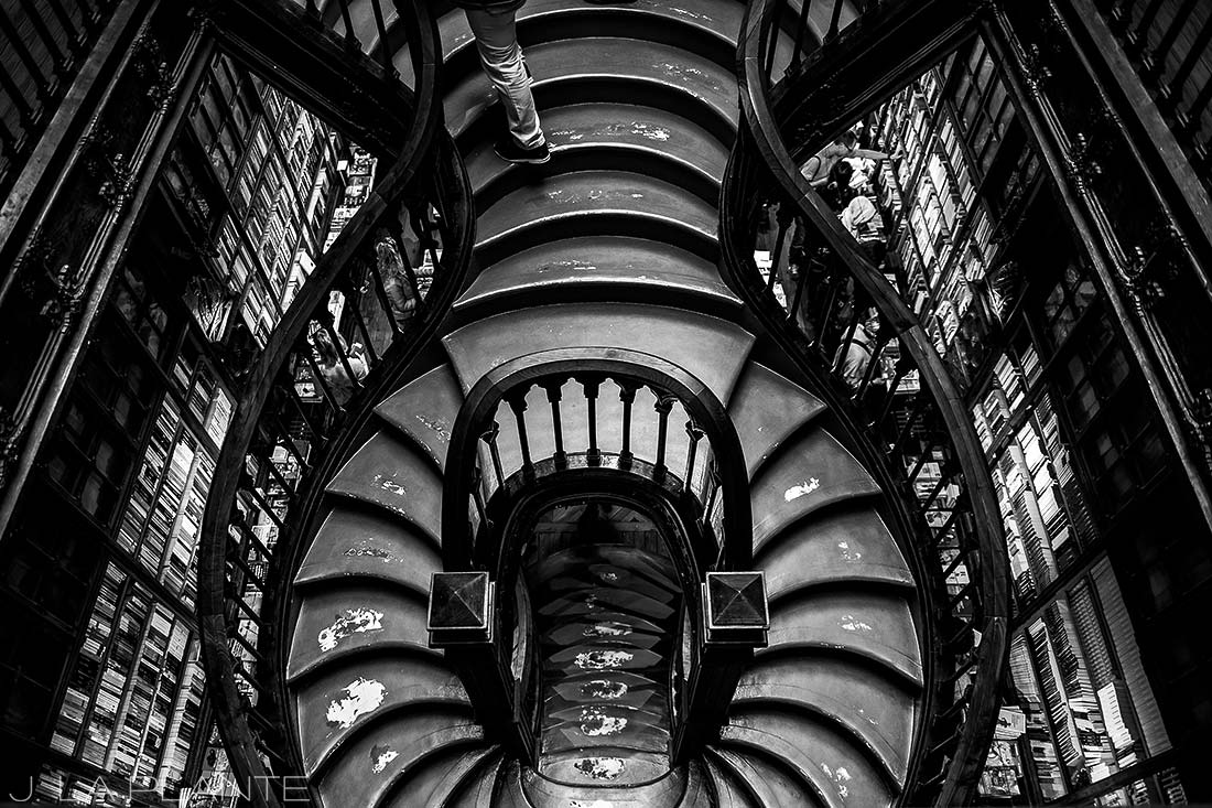 touring livraria lello in porto portugal